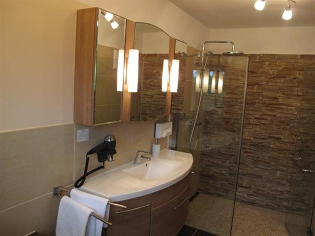 walk-in shower in deluxe room - russbach